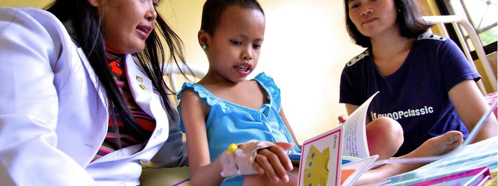 Enfant hospitalisé en train de lire un livre aux Philippines
