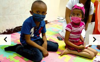 Petit garçon et petite fille portant des masques