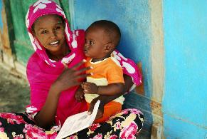 Maman africaine avec son petit enfant