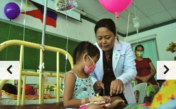 Petite fille accompagnée par une infirmière en pédiatrie aux Philippines