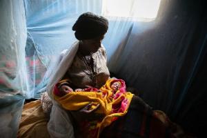 Maman africaine avec ses deux nouveaux-nés