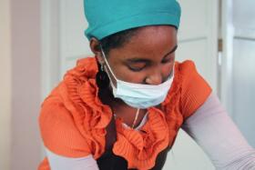 Sage-femme africaine avec son masque